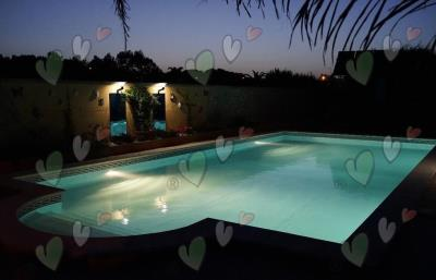 m_201304-225-the-pool-at-night