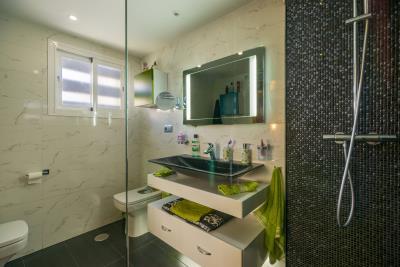 -Green-Room-Bathroom-1