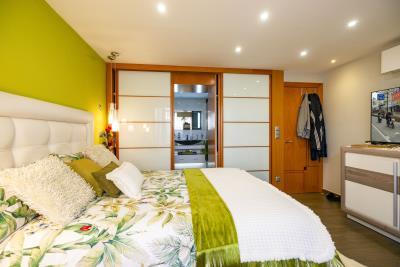 1Green-Room-Bath-room