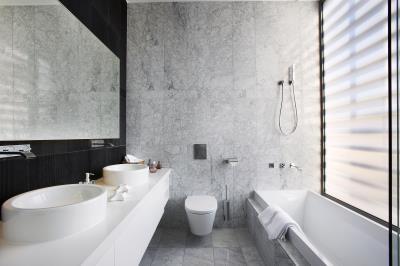 Minthis_photo_Callisto_bathroom