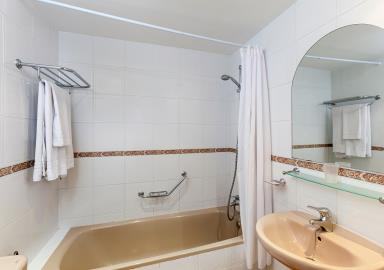 Delta_Mar_Suites_Bathroom_01