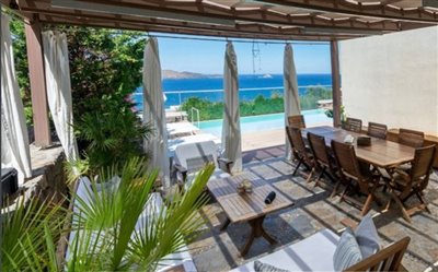 spacious-villa-with-sea-views-and-excellent-f