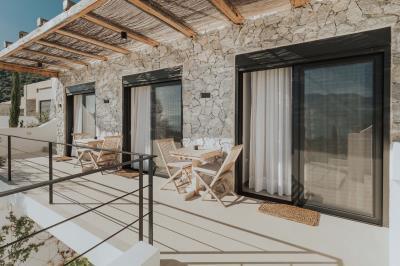 guest-bedrooms-balcony