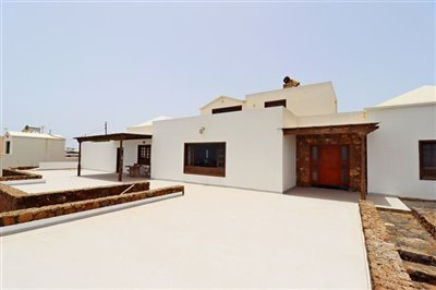 Spacious detached house with uninterrupted views across to the mountains and the ocean