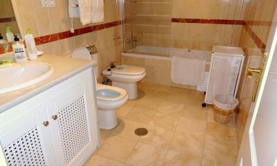 DSC01928-master-bathroom