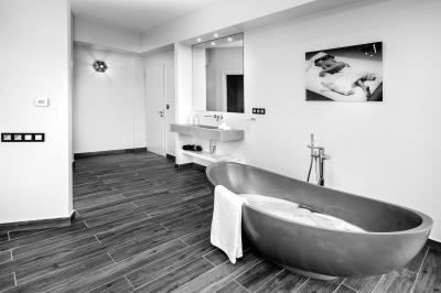 master-bedroom-1-luxury-seafront-villa-crete-3