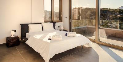 master-bedroom-upper-floor-luxury-seafront-villa-crete