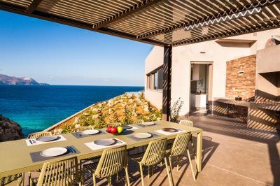 outdoor-dining-luxury-seafront-villa-crete
