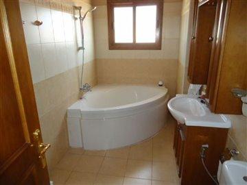 14-upstairs-main-bathroom