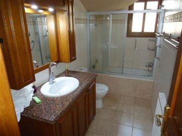 16-downstairs-main-bathroom