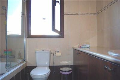 11-family-bathroom