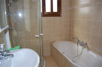 13-family-bathroom-with-separate-shower-cubic