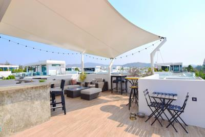 upstairs-bar-and-all-weather-sail