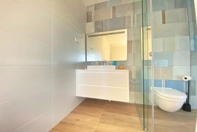 nispero-apartment-las-colinas-golf---feature-bathroom-wall---las-colinas-property-for-sale